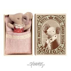 Maileg Sleepy baby mus i æske (rød pige)-20